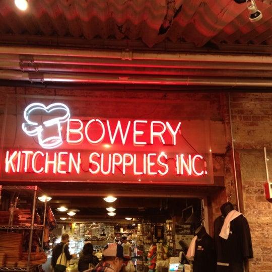 Das Foto wurde bei Bowery Kitchen Supplies von Ivy am 9/29/2012 aufgenommen