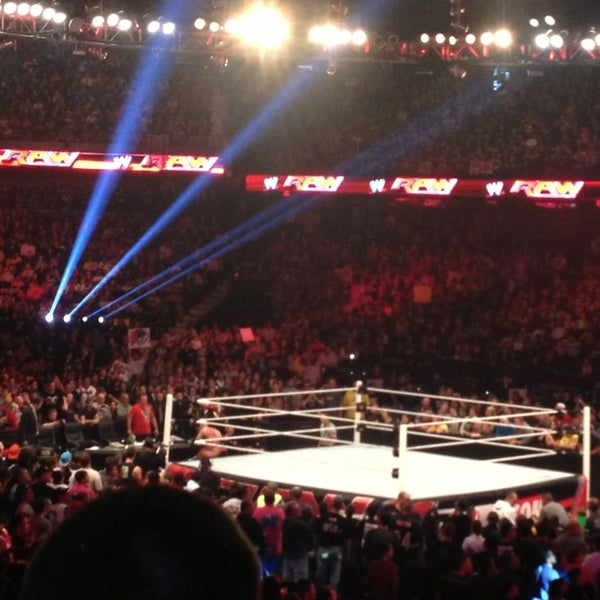 รูปภาพถ่ายที่ Allstate Arena โดย Jennifer เมื่อ 9/24/2013