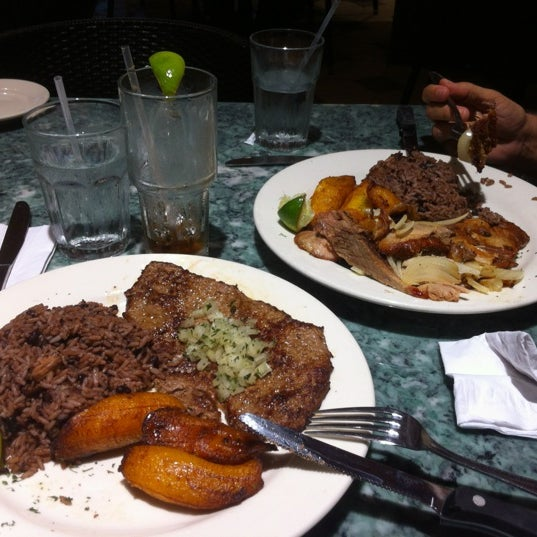 Photo prise au Mojitos Cuban Restaurant par Hector G le10/19/2012