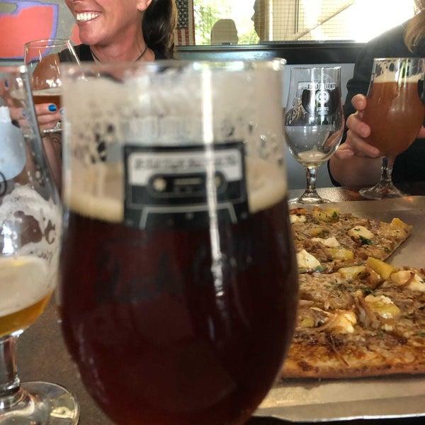 Das Foto wurde bei Black Bottle Brewery von BJay B. am 6/13/2020 aufgenommen