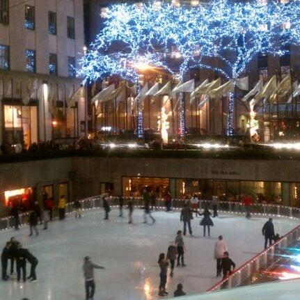 Das Foto wurde bei The Rink at Rockefeller Center von Darcie B. am 12/7/2011 aufgenommen