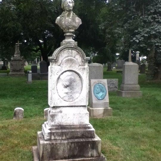 Foto tomada en Green-Wood Cemetery por Evan R. el 7/14/2012