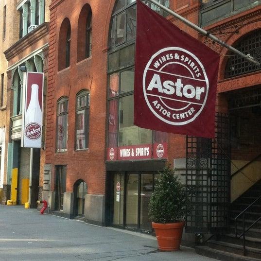 Foto tirada no(a) Astor Wines & Spirits por STEVE M. em 5/3/2011