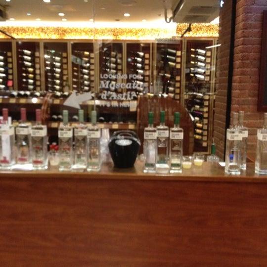 Foto tirada no(a) Astor Wines & Spirits por J T. em 8/25/2012