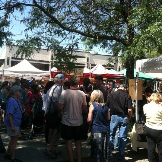 Photo prise au Ballard Farmer's Market par Erica N. le7/8/2012