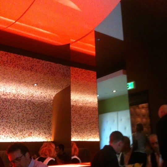 Foto diambil di The Corner Office Restaurant & Martini Bar oleh Pat P. pada 5/5/2011