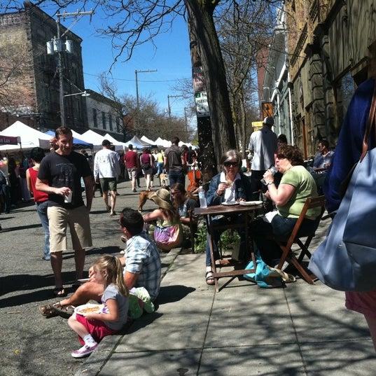 Photo prise au Ballard Farmer's Market par Ruth O. le4/22/2012