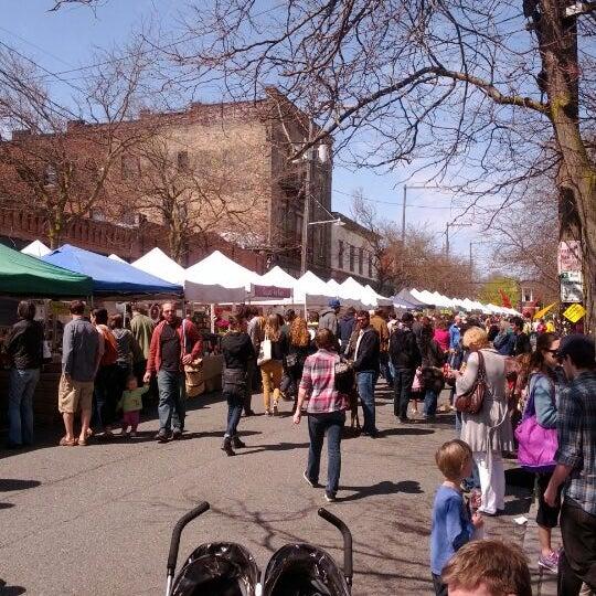 Photo prise au Ballard Farmer's Market par SusieQ le4/15/2012