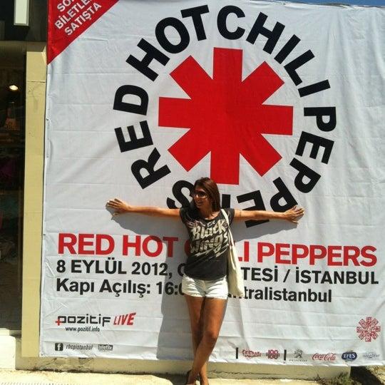 รูปภาพถ่ายที่ Babylon Çeşme โดย Dilge T. เมื่อ 7/16/2012