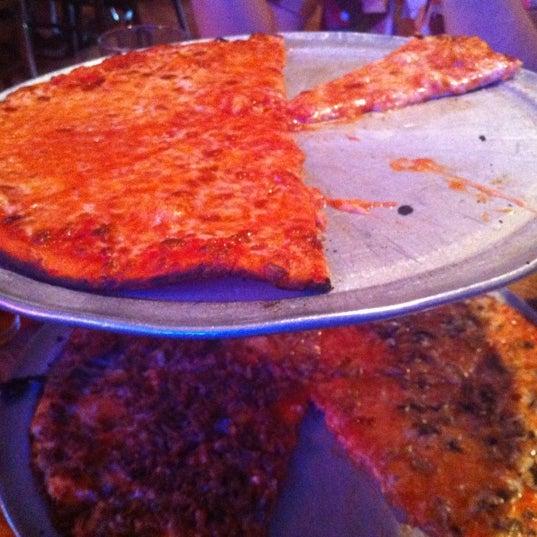 รูปภาพถ่ายที่ Star Tavern Pizzeria โดย Julian B. เมื่อ 6/2/2012