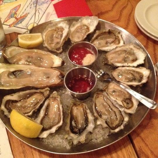 Foto scattata a Hank's Oyster Bar da John W. il 5/4/2012