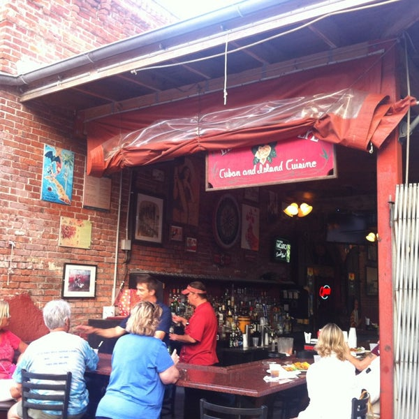 Foto diambil di El Meson de Pepe Restaurant & Bar oleh Richard A. pada 2/11/2013