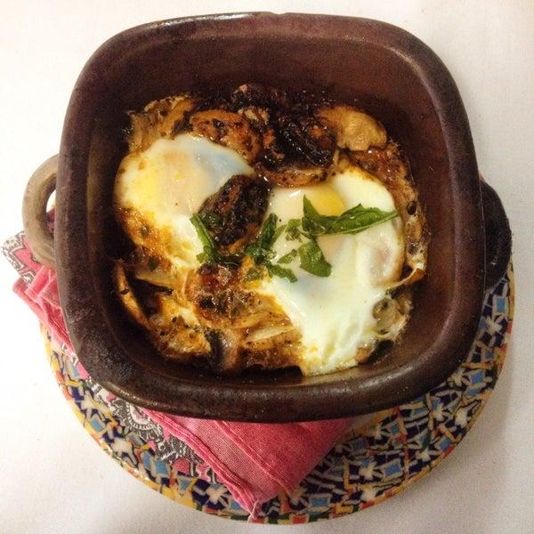 Huevos a la diabla, servidos en cazuela de barro con salsa de chile mixe y champiñones frescos, súper recomendables!!