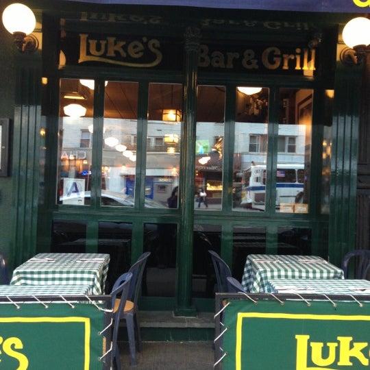 Das Foto wurde bei Luke's Bar & Grill von Jenny am 10/16/2012 aufgenommen