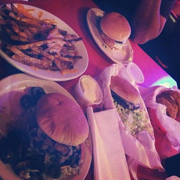 Foto tirada no(a) Hut's Hamburgers por Susan L. em 2/7/2013