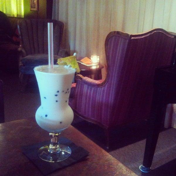 รูปภาพถ่ายที่ Tea Zone & Camellia Lounge โดย Merrick M. เมื่อ 5/9/2013