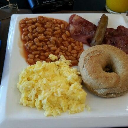 Снимок сделан в Bread and Bagels пользователем Rb M. 11/3/2012
