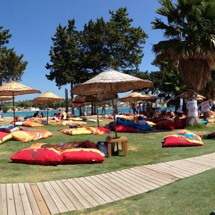 รูปภาพถ่ายที่ Babylon Çeşme โดย Esref A. เมื่อ 8/31/2013