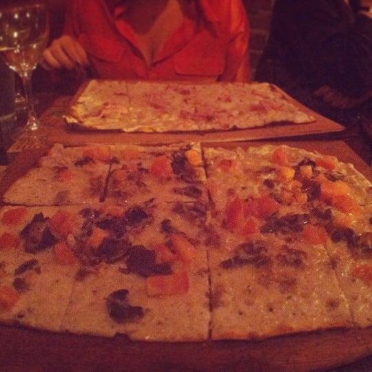 Das Foto wurde bei La Tarte Flambee von Roxanne S. am 12/19/2012 aufgenommen