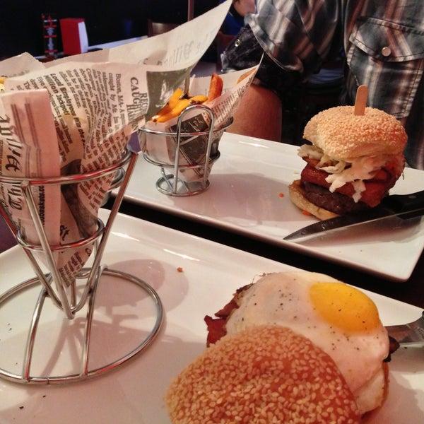 Снимок сделан в A&G Burger Joint пользователем Cristina C. 4/12/2013