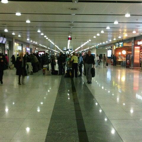Снимок сделан в Аэропорт Стамбул им. Сабихи Гёкчен (SAW) пользователем Tugba E. 11/14/2013