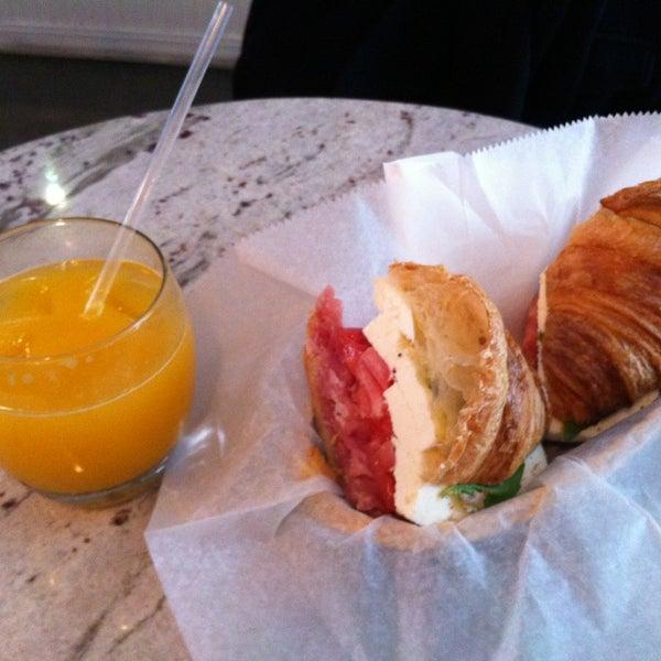 รูปภาพถ่ายที่ Croissanteria โดย Julia A. เมื่อ 3/27/2013