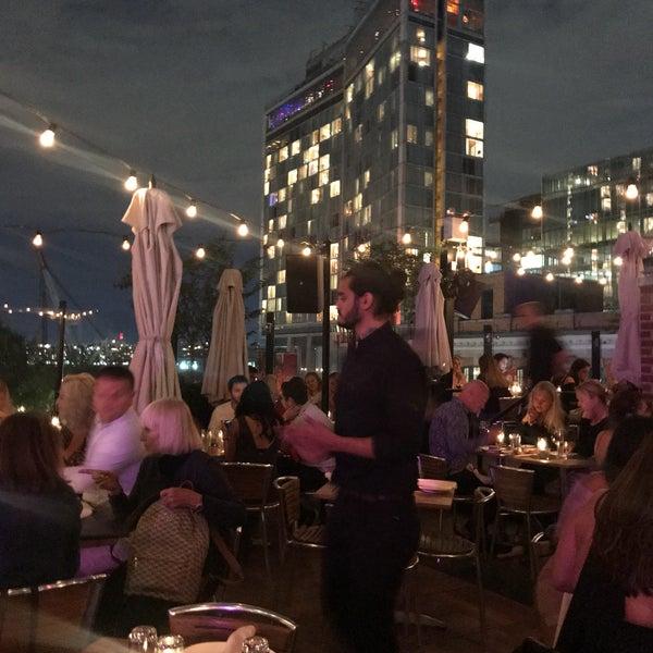 Das Foto wurde bei STK Rooftop von Sarah am 9/23/2018 aufgenommen