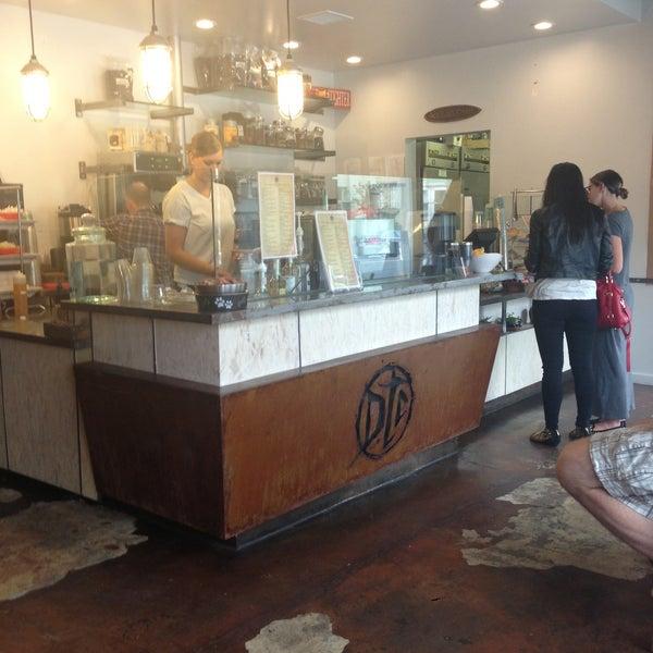 Foto tirada no(a) Dogtown Coffee por Lauren S. em 5/15/2013