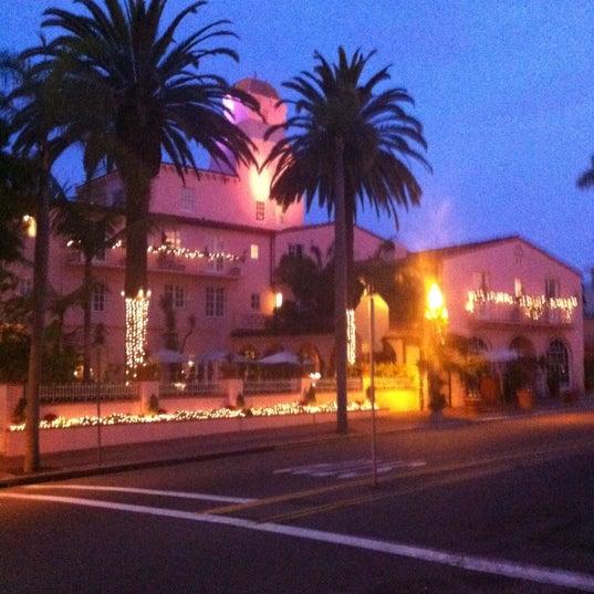 Снимок сделан в La Valencia Hotel пользователем Irv 12/4/2012