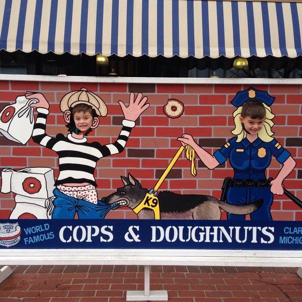 รูปภาพถ่ายที่ Cops & Doughnuts Bakery โดย Seth C. B. เมื่อ 4/3/2018