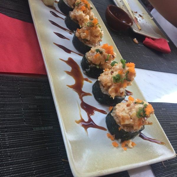รูปภาพถ่ายที่ Yada Sushi โดย Selin E. เมื่อ 7/20/2018