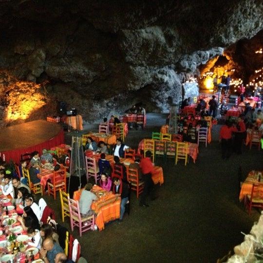 Foto tomada en La Gruta Restaurant por Mariano S. el 11/17/2012