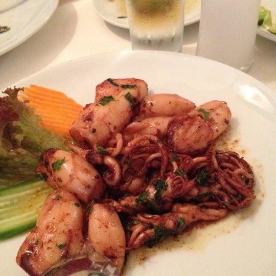 Foto scattata a Neighbours Restaurant da Aslihan il 12/18/2012