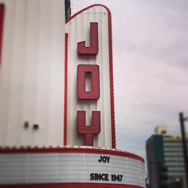รูปภาพถ่ายที่ The Joy Theater โดย Jaime S. เมื่อ 5/15/2014