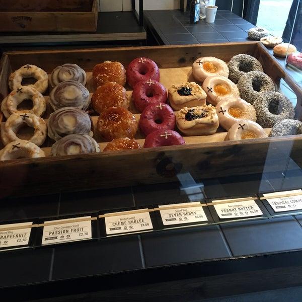 Foto diambil di Crosstown Doughnuts & Coffee oleh Louise S. pada 9/5/2015