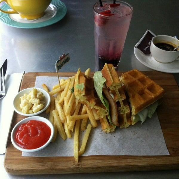 Foto scattata a Locale 24 Diner & Bar da Ester R. il 8/20/2014
