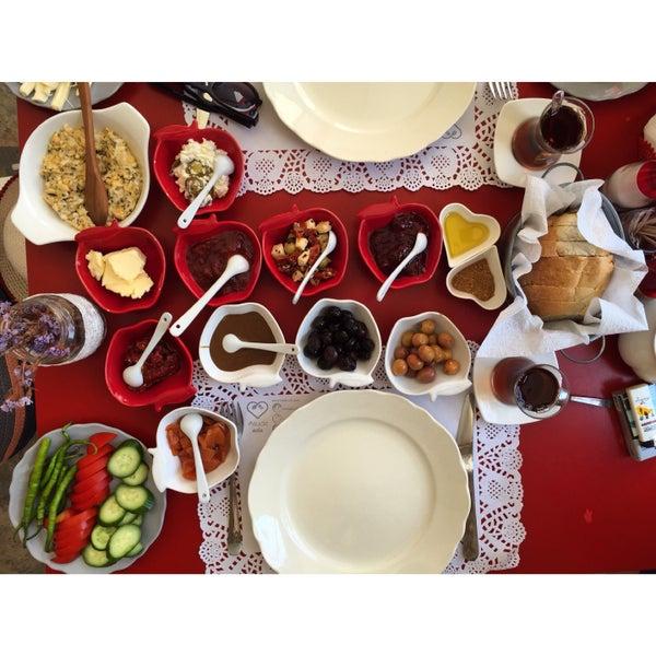 Bozcaada ve kahvaltı işte burası bu iki kelimenin Tanımı kesinlikle gidi kahvaltı edin asude hanım Her şeyi özenle hazırlıyor