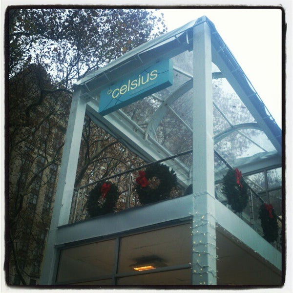 Foto tomada en Celsius at Bryant Park por Jonathan H. el 12/8/2012
