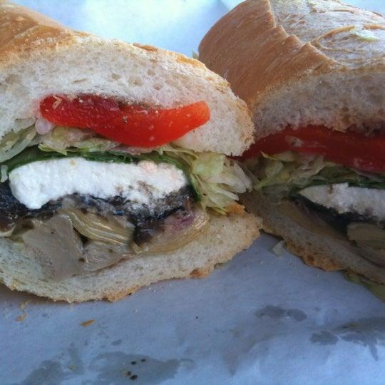 รูปภาพถ่ายที่ J.P. Graziano Grocery โดย sandra d. เมื่อ 9/15/2012