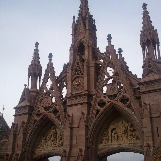 Foto tomada en Green-Wood Cemetery por Jon C. el 10/27/2012