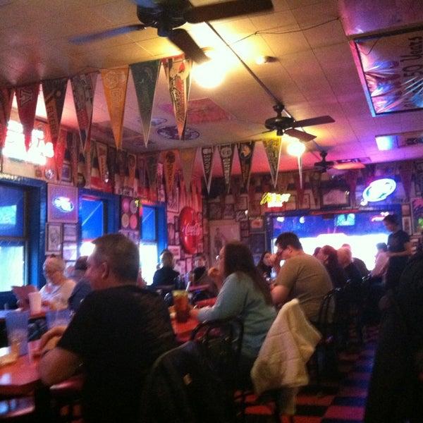 Foto tirada no(a) Hut's Hamburgers por Scott em 12/28/2012