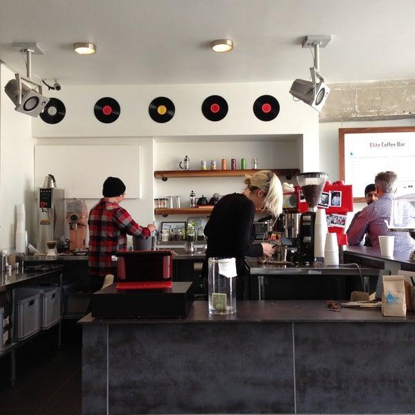 Das Foto wurde bei Elite Audio Coffee Bar von Holger L. am 4/3/2013 aufgenommen