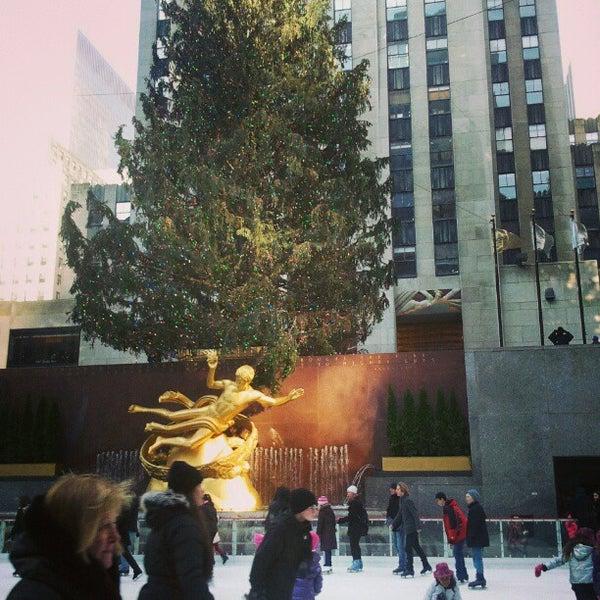 Das Foto wurde bei The Rink at Rockefeller Center von Megan D. am 1/6/2013 aufgenommen