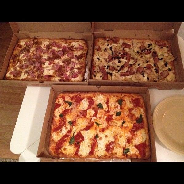 Foto tomada en Nonna's L.E.S. Pizzeria por Kevin E. el 9/17/2012