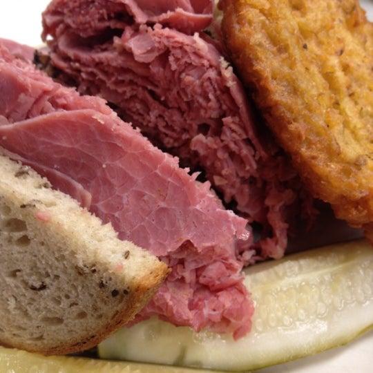 Foto diambil di Manny's Cafeteria & Delicatessen oleh Matt L. pada 10/8/2012