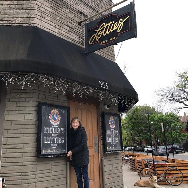 รูปภาพถ่ายที่ Lottie's Pub โดย Emily B. เมื่อ 5/12/2019