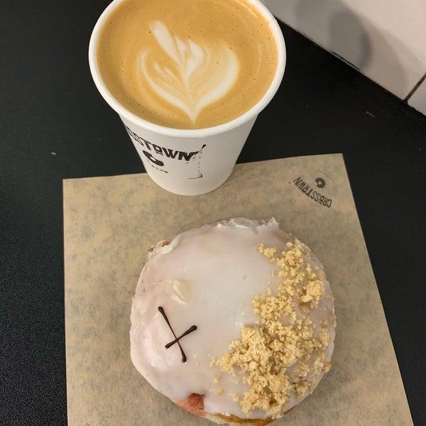 Foto diambil di Crosstown Doughnuts & Coffee oleh Katy C. pada 4/30/2019