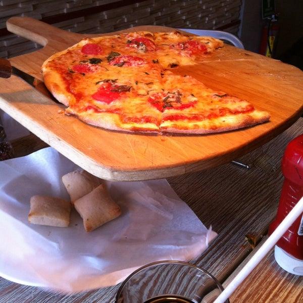 6/8/2013 tarihinde Jesús Eduardoziyaretçi tarafından Flippin' Pizza'de çekilen fotoğraf