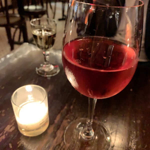 Foto scattata a Pinkerton Wine Bar da Kelly il 5/14/2019