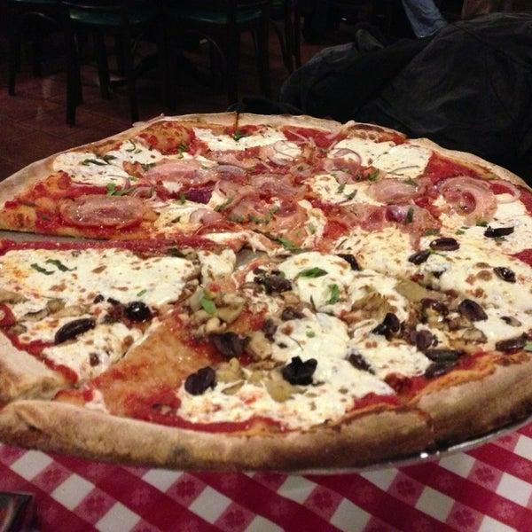 Das Foto wurde bei Lombardi's Coal Oven Pizza von Zeki D. am 2/14/2013 aufgenommen